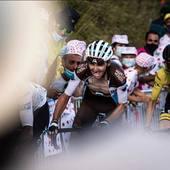 Dal @letourdefrance immagini di @romainbardet e della sua forza ❤️. 📸 @cyclingtips @louislegon @paulineballet @kevinbottin @letourdefrance #allezalm @ag2rlamondiale_procyclingteam