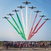 Una tappa speciale quella di oggi, la numero 15 del Giro d' Italia.  Perché speciale? Perché la Base Aerea di Rivolto (provincia di Udine), sede delle Frecce Tricolori, la cui denominazione ufficiale è Pattuglia Acrobatica Nazionale (PAN), costituente il 313° Gruppo Addestramento Acrobatico dell'Aeronautica Militare Italiana, ospita l' incredibile carovana del Giro. Uno spettacolo dentro allo spettacolo 💚🤍❤️ @giroditalia @aeronautica.militare @aeronauticamilitare_cycling @ministerodifesa_official #freccetricolori #giroditalia
